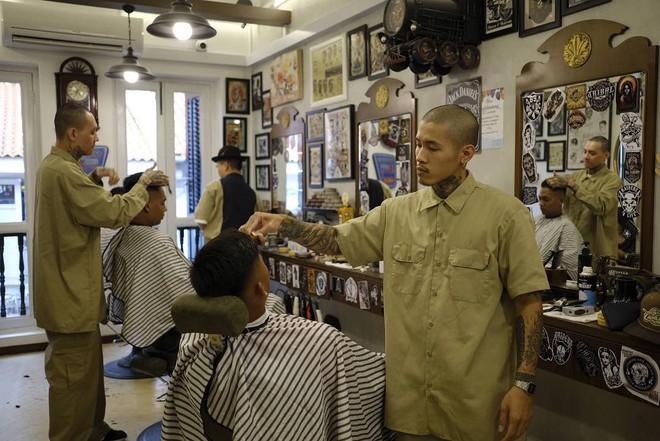 Ở Sài Gòn, nhất định phải thử ghé qua 3 tiệm này cắt tóc để trải nghiệm văn hoá quý ông - Ảnh 19.