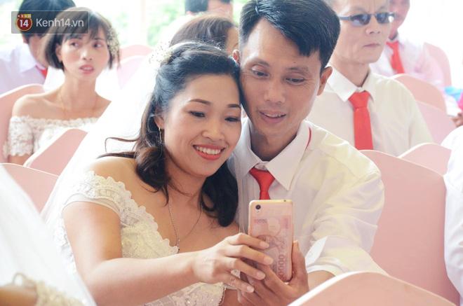 Chuyện tình cảm động phía sau đám cưới của chú rể khiếm thị và cô dâu đột biến gen có mái tóc bạc trắng ở Hà Nội - Ảnh 4.