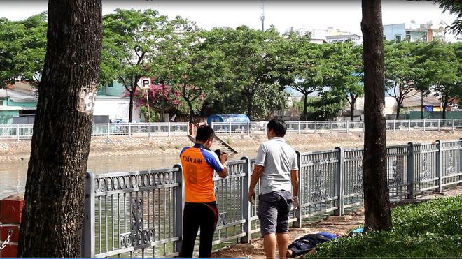 Dân câu vứt cần câu bỏ chạy khi phát hiện thi thể trôi người trên kênh Tàu Hủ - Ảnh 1.