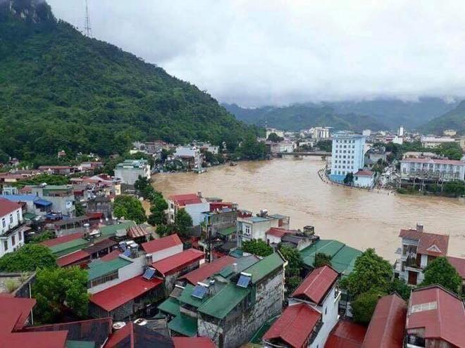 Lũ quét Hà Giang: Dầm mưa đưa thi thể nạn nhân lên sau trận mưa lũ - ảnh 1