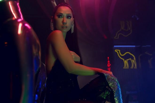 Cựu người mẫu Quỳnh Thy lấn sân ca hát, tung teaser MV đầu tay khoe lưng trần gợi cảm - Ảnh 3.