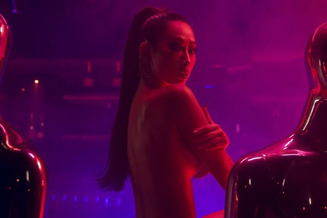 Cựu người mẫu Quỳnh Thy lấn sân ca hát, tung teaser MV đầu tay khoe lưng trần gợi cảm - Ảnh 2.