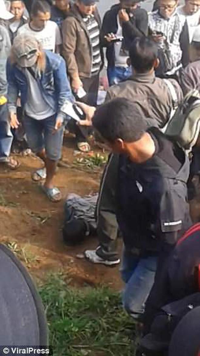 Indonesia: Tham gia cuộc thi câu cá, cần thủ đen đủi câu được thứ khủng khiếp ngoài tưởng tượng - Ảnh 1.