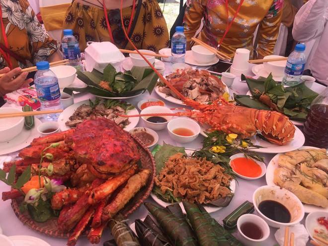Xôn xao đám cưới siêu khủng của đại gia bất động sản Hà Nội: Đãi khách toàn tôm hùm, cua hoàng đế, đón dâu bằng gần 200 chiếc ô tô - Ảnh 4.