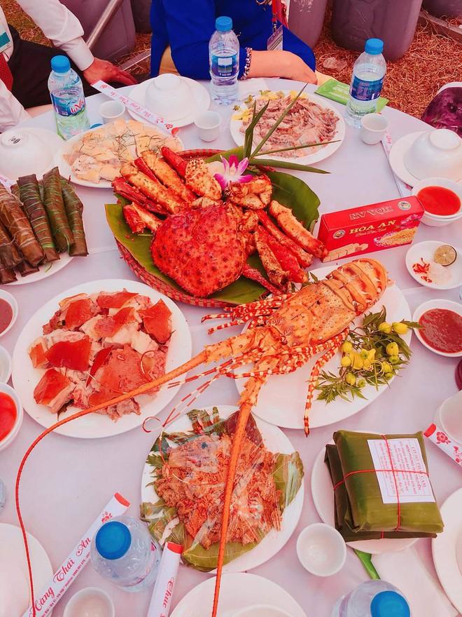 Xôn xao đám cưới siêu khủng của đại gia bất động sản Hà Nội: Đãi khách toàn tôm hùm, cua hoàng đế, đón dâu bằng gần 200 chiếc ô tô - Ảnh 6.
