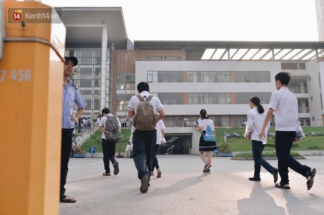 Ngày đầu tiên tuyển sinh lớp 10 tại Hà Nội: Học sinh và phụ huynh căng thẳng vì kỳ thi được đánh giá khó hơn cả thi đại học - Ảnh 13.