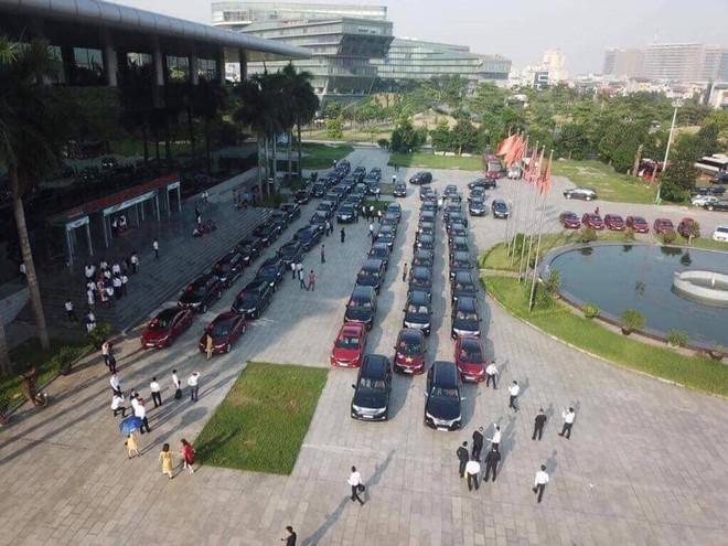 Xôn xao đám cưới siêu khủng của đại gia bất động sản Hà Nội: Đãi khách toàn tôm hùm, cua hoàng đế, đón dâu bằng gần 200 chiếc ô tô - Ảnh 3.