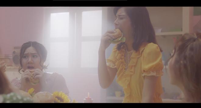 Hoàng Yến Chibi hội ngộ nhóm Ngựa hoang hồi trẻ, khóc dở mếu dở đầy khó hiểu trong teaser MV mới - Ảnh 2.