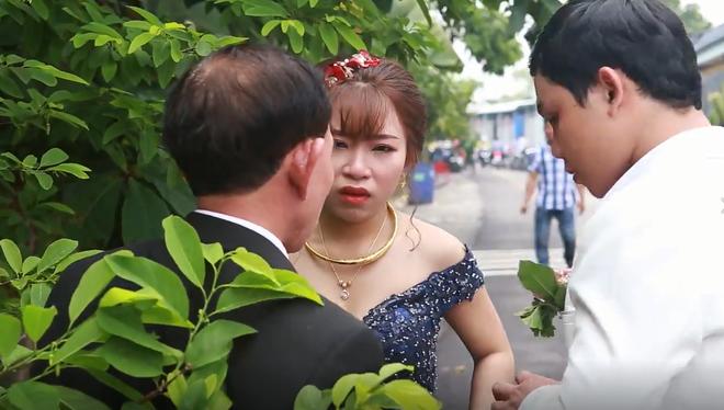 Thấy con nức nở nhìn theo xe đưa nhà gái trở về, cha mắt đỏ hoe từ trên xe chạy ào xuống ôm: Con gái bố lấy chồng thật rồi - Ảnh 6.