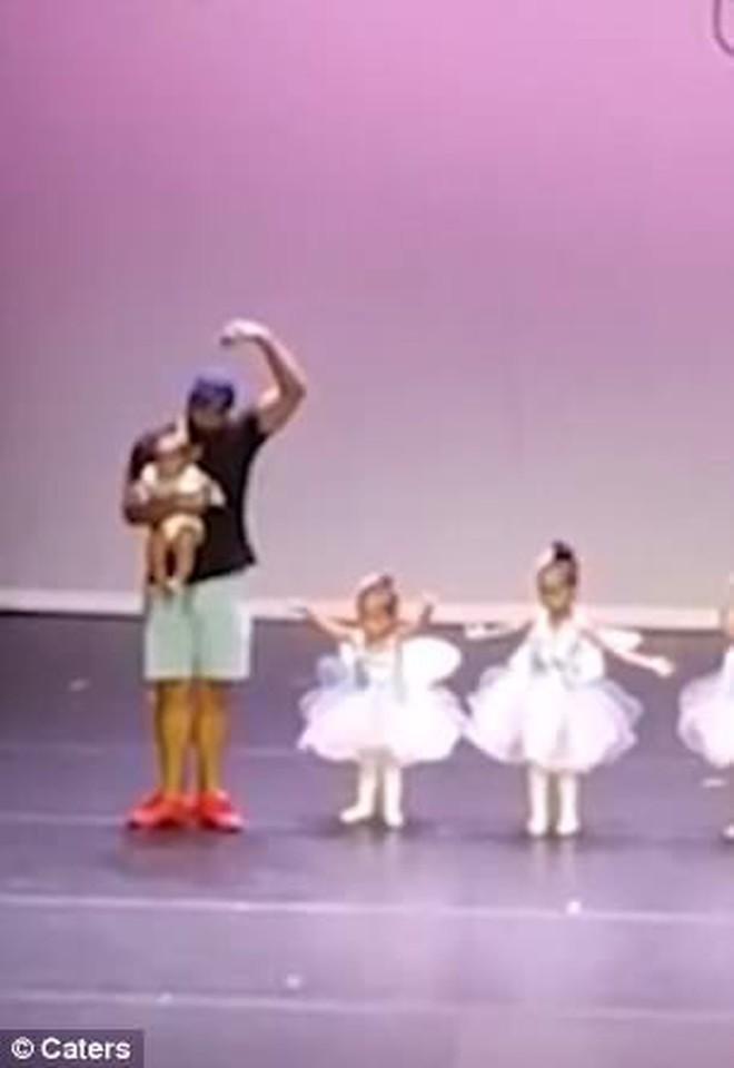 """Clip """"Thấy con gái khóc nhè trên sân khấu, bố bế em chạy lên nhảy múa cùng"""" càn quét MXH thế giới vì đáng yêu quá thể - Ảnh 4."""