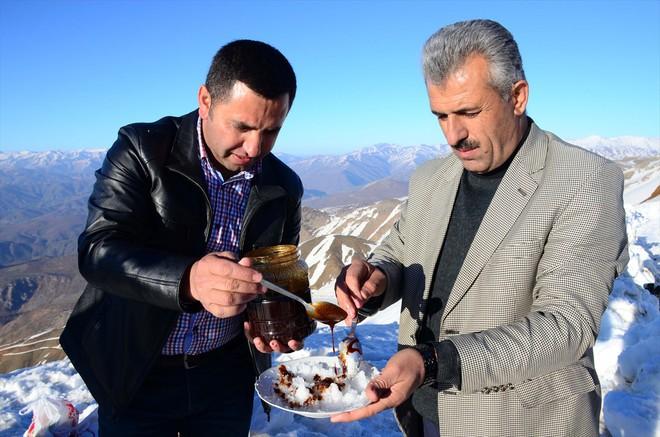 Ở Thổ Nhĩ Kỳ có một loại kem phải dùng đến dao để chặt thì mới lấy kem ăn được - Ảnh 1.