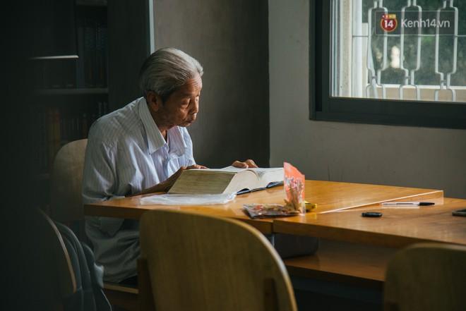 Chuyện ông cụ 77 tuổi ngồi ở thư viện Sài Gòn từ sáng đến tối mịt: Ăn cơm từ thiện, luyện học tiếng Anh - Ảnh 2.