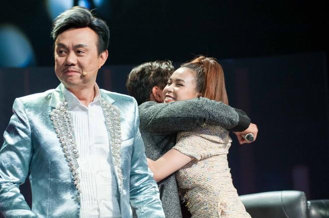 Làm giám khảo, Sam vẫn bất chấp chạy lên sân khấu để ôm được trai trẻ - Ảnh 4.