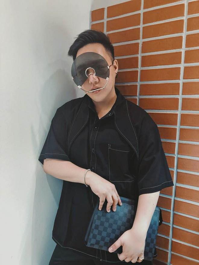 Trung Quân Idol đeo kính gì thế này: Kính làm bằng đĩa CD có khả năng chống bụi, niềng răng, chống khẩu nghiệp? - Ảnh 2.