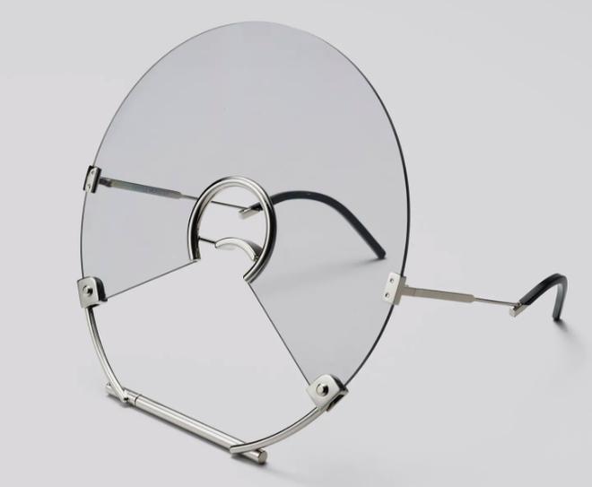 Trung Quân Idol đeo kính gì thế này: Kính làm bằng đĩa CD có khả năng chống bụi, niềng răng, chống khẩu nghiệp? - Ảnh 3.
