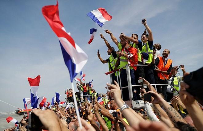 Tuyển Pháp mang cúp vàng trở về, 500.000 fan xuống đường chào đón như ngày hội - Ảnh 7.