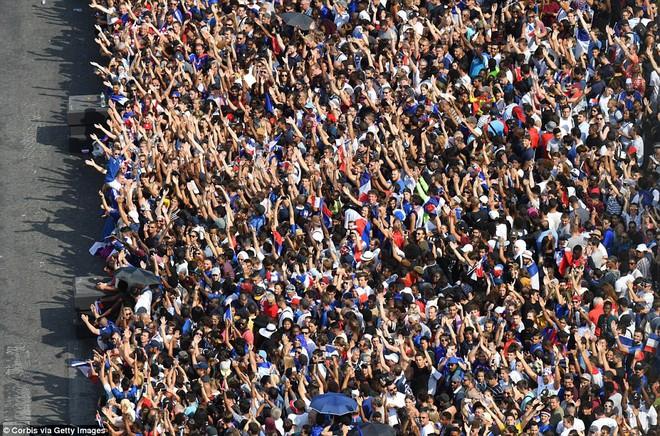 Tuyển Pháp mang cúp vàng trở về, 500.000 fan xuống đường chào đón như ngày hội - Ảnh 9.
