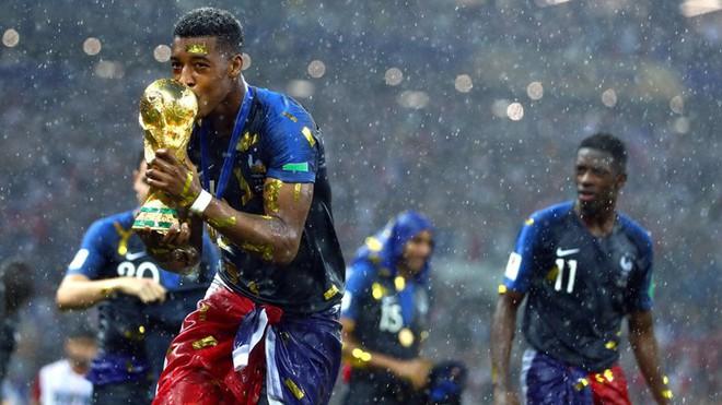 Khoảnh khắc lịch sử: Dàn sao đội tuyển Pháp thay nhau hôn Cúp vàng thế giới - Ảnh 5.