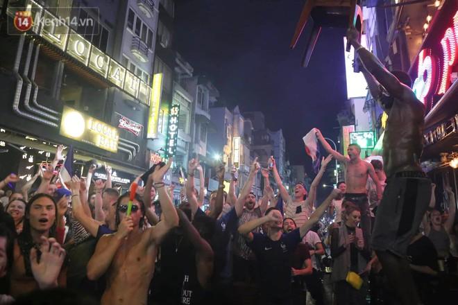Nữ CĐV ở Sài Gòn cởi đồ, hò hét ăn mừng xuyên đêm tại phố Tây Bùi Viện khi Pháp vô địch World Cup sau 20 năm - Ảnh 6.