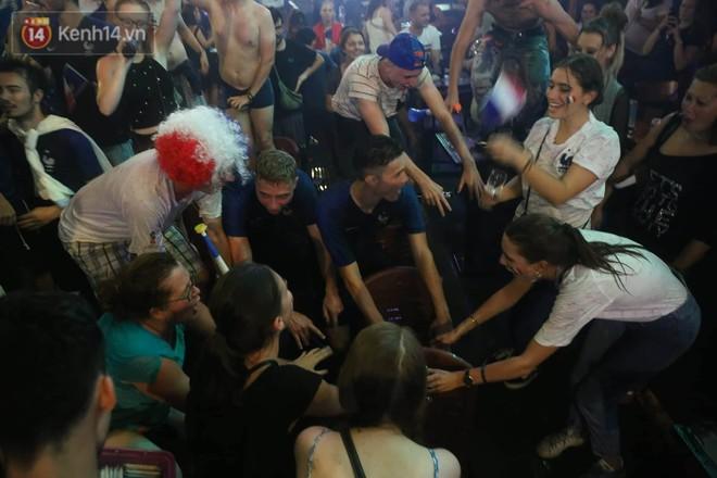 Nữ CĐV ở Sài Gòn cởi đồ, hò hét ăn mừng xuyên đêm tại phố Tây Bùi Viện khi Pháp vô địch World Cup sau 20 năm - Ảnh 3.