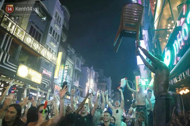 Nữ CĐV ở Sài Gòn cởi đồ, hò hét ăn mừng xuyên đêm tại phố Tây Bùi Viện khi Pháp vô địch World Cup sau 20 năm - Ảnh 7.