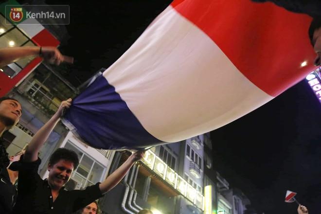 Nữ CĐV ở Sài Gòn cởi đồ, hò hét ăn mừng xuyên đêm tại phố Tây Bùi Viện khi Pháp vô địch World Cup sau 20 năm - Ảnh 11.