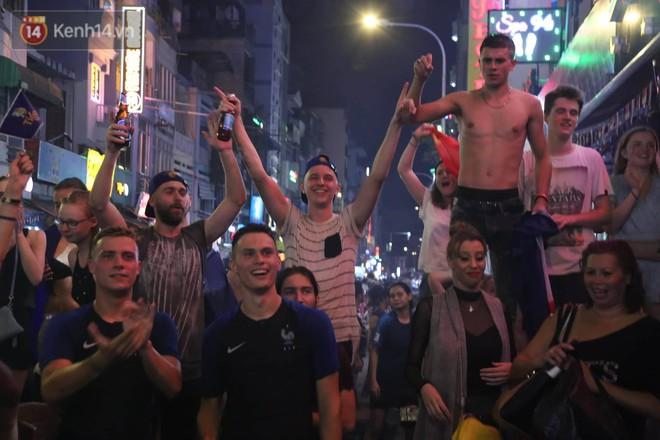 Nữ CĐV ở Sài Gòn cởi đồ, hò hét ăn mừng xuyên đêm tại phố Tây Bùi Viện khi Pháp vô địch World Cup sau 20 năm - Ảnh 5.