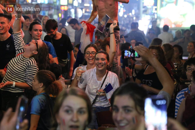 Nữ CĐV ở Sài Gòn cởi đồ, hò hét ăn mừng xuyên đêm tại phố Tây Bùi Viện khi Pháp vô địch World Cup sau 20 năm - Ảnh 8.