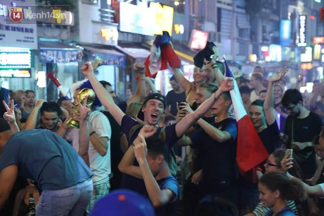 Nữ CĐV ở Sài Gòn cởi đồ, hò hét ăn mừng xuyên đêm tại phố Tây Bùi Viện khi Pháp vô địch World Cup sau 20 năm - Ảnh 9.