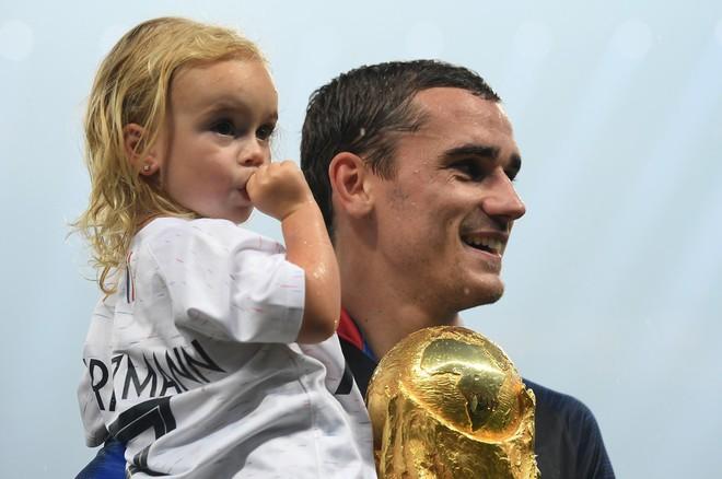 Khoảnh khắc lịch sử: Dàn sao đội tuyển Pháp thay nhau hôn Cúp vàng thế giới - Ảnh 3.