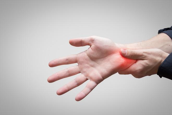 Căn bệnh này có thể gây teo cơ, khả năng cầm nắm yếu đi và đây là ...