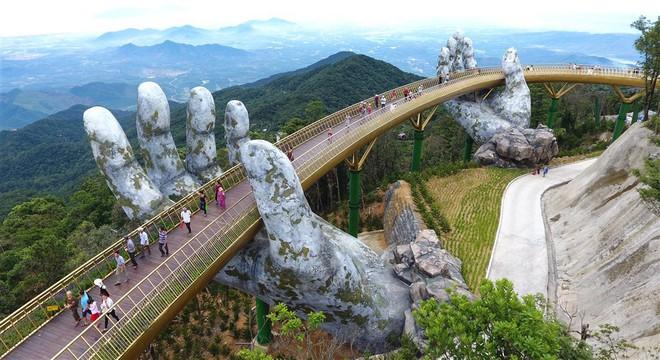 Cây cầu toạ lạc ở nơi có thiên nhiên rất hùng vĩ