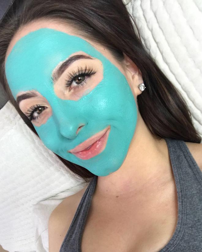 """Sản phẩm mặt nạ màu xanh chóe lọe """"hot hit"""" này chính là trợ thủ mùa hè của các cô nàng da dầu, dễ nổi mụn - Ảnh 1."""