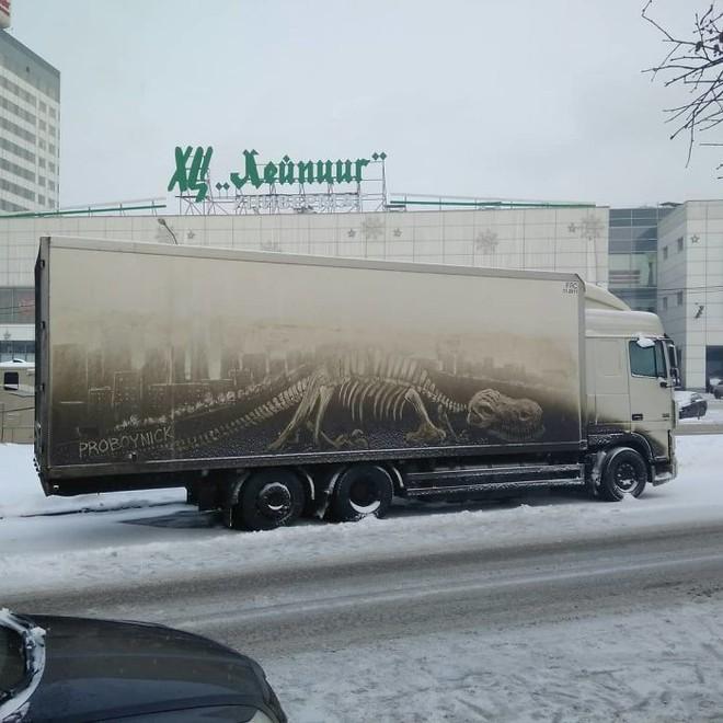 Chàng nghệ sĩ người Nga và những tác phẩm hội họa tuyệt đẹp được vẽ nên từ lớp bụi dày trên ô tô 281520751523781087612327310094149506564096n-5b3582fe8c072700-15305294778861047324661