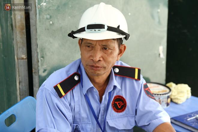 Chú Lâm chia sẻ về khó khăn của công nhân khi phải làm việc dưới trời nắng.