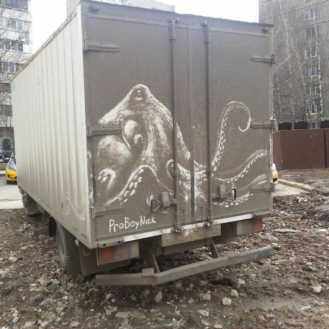 Chàng nghệ sĩ người Nga và những tác phẩm hội họa tuyệt đẹp được vẽ nên từ lớp bụi dày trên ô tô Russian-artist-continues-to-turn-cars-and-dirty-roads-into-art-5b35833991bb1700-15305294779152013223260