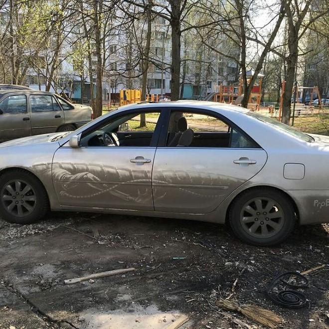 Chàng nghệ sĩ người Nga và những tác phẩm hội họa tuyệt đẹp được vẽ nên từ lớp bụi dày trên ô tô Russian-artist-continues-to-turn-cars-and-dirty-roads-into-art-5b358378a20bf700-1530529636064447155264