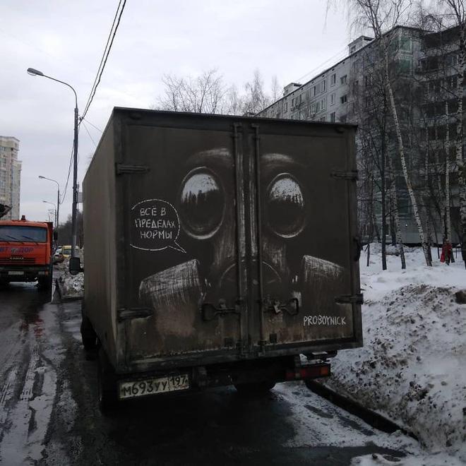 Chàng nghệ sĩ người Nga và những tác phẩm hội họa tuyệt đẹp được vẽ nên từ lớp bụi dày trên ô tô Russian-artist-continues-to-turn-cars-and-dirty-roads-into-art-5b3583ae933bd700-15305295868061588581589