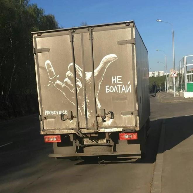 Chàng nghệ sĩ người Nga và những tác phẩm hội họa tuyệt đẹp được vẽ nên từ lớp bụi dày trên ô tô Russian-artist-continues-to-turn-cars-and-dirty-roads-into-art-5b3583be7bee5700-15305295868121453408454