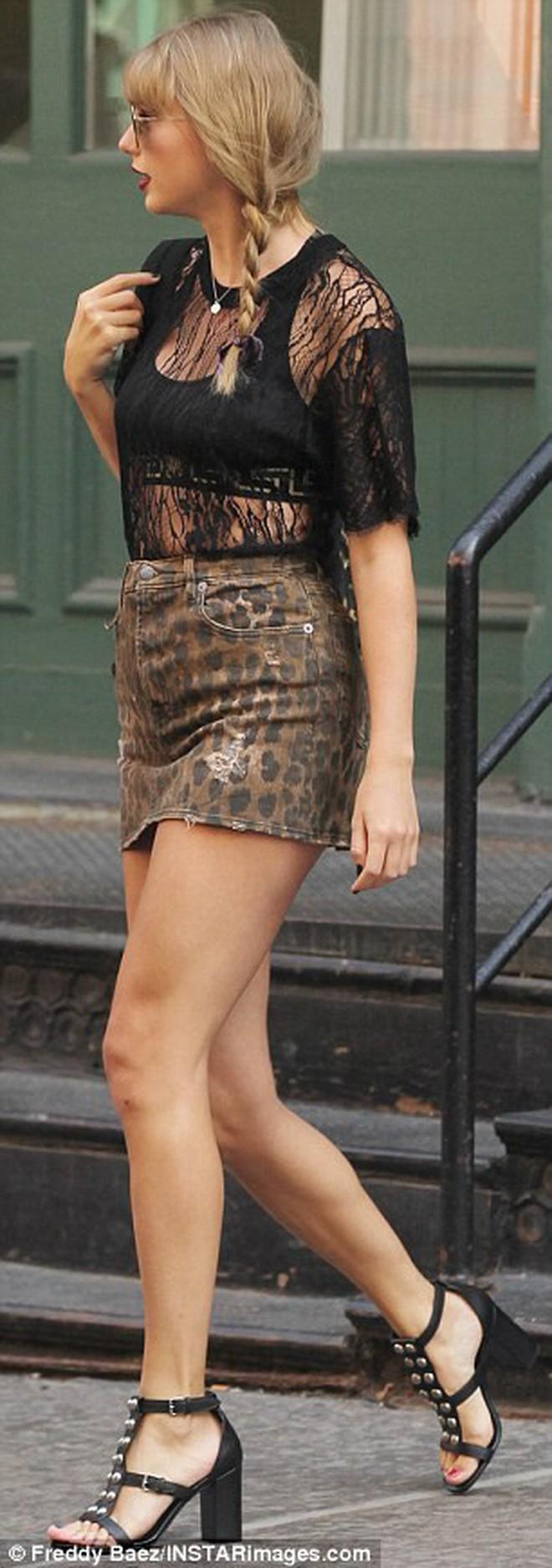 """Diện váy siêu ngắn, Taylor Swift làm fan nơm nớp lo cô bị """"lộ hàng"""" khi bước xuống bậc thang - Ảnh 4."""