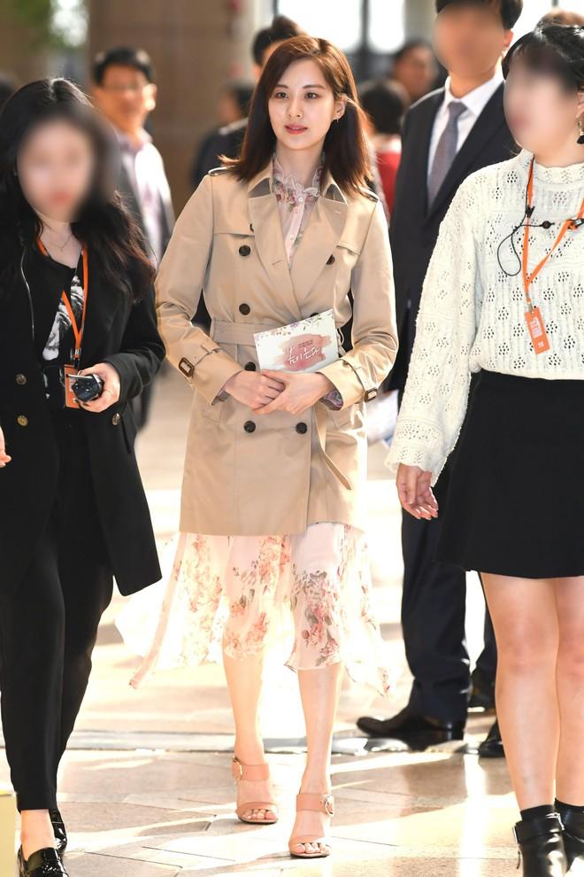"""Được cả loạt sao cùng diện, đây chính là những mẫu trang phục """"quốc dân"""" đang hot nhất ở Hàn Quốc thời gian này - Ảnh 2."""