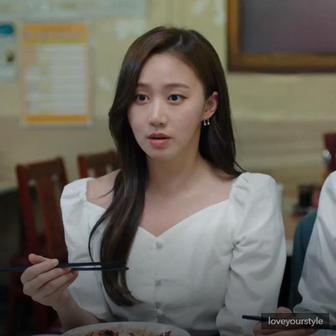 """Được cả loạt sao cùng diện, đây chính là những mẫu trang phục """"quốc dân"""" đang hot nhất ở Hàn Quốc thời gian này - Ảnh 8."""
