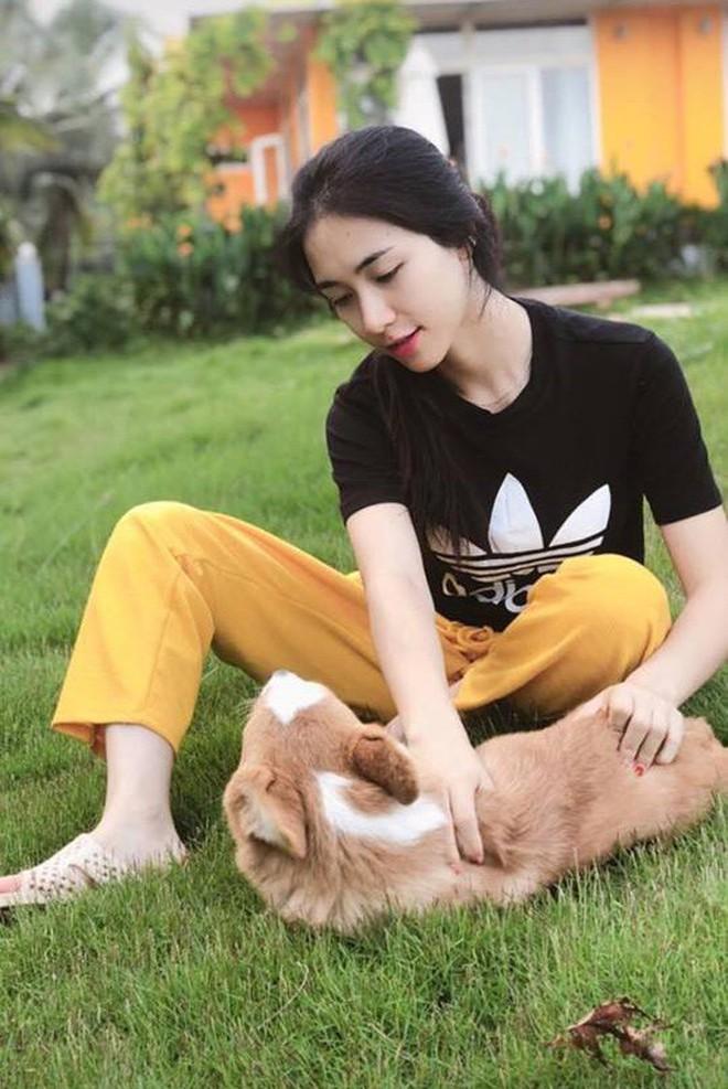 Hòa Minzy đi dép tổ ong, vui vẻ chơi với thú cưng tại biệt thự của bạn trai - Ảnh 1.