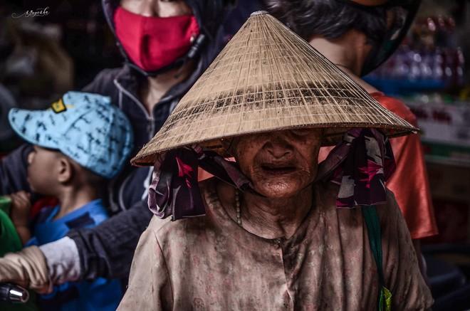 """Tác giả bộ ảnh về bà cụ mù một mắt, lang thang ăn xin khắp chợ Lagi: """"Mấy hoàn cảnh trước đã có người giúp đỡ, còn cụ Sáu thì chưa"""" - Ảnh 3."""