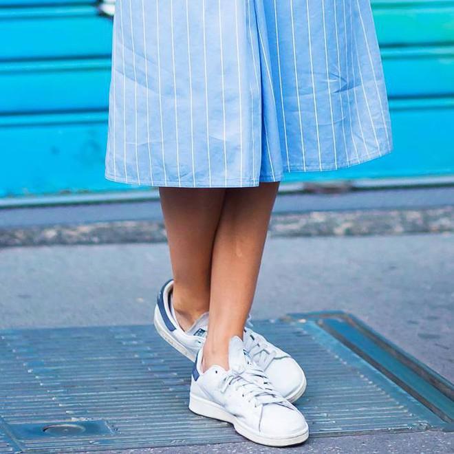 Đây là 5 đôi sneaker được các fashion editor mua đi mua lại vì diện với đồ gì cũng đẹp - Ảnh 5.