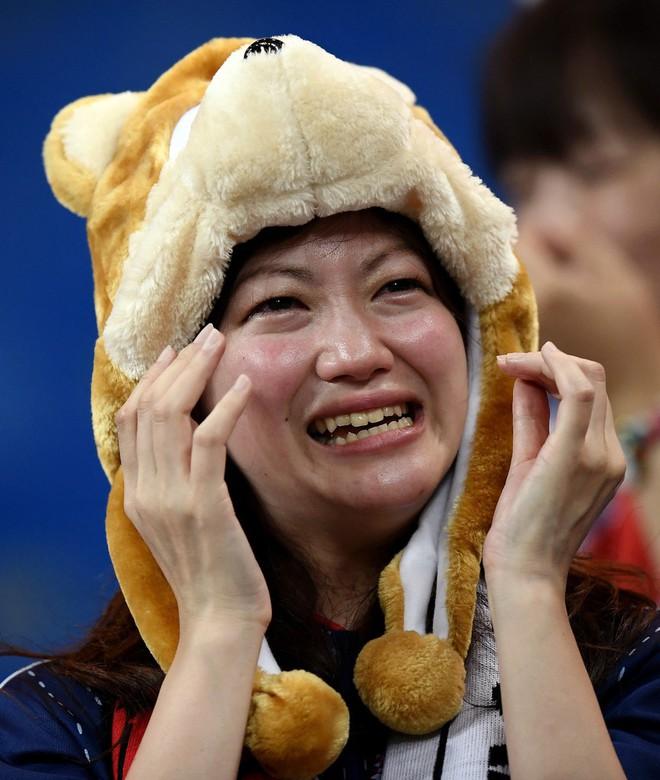 Ngưỡng mộ hình ảnh CĐV Nhật Bản vừa khóc nức nở, vừa dọn sạch rác trên khán đài - Ảnh 2.