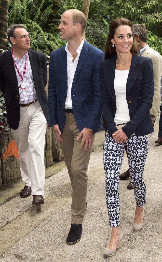 Chỉ cần Nữ hoàng Anh có mặt, công nương Kate Middleton sẽ không bao giờ đi kiểu giày này - Ảnh 2.