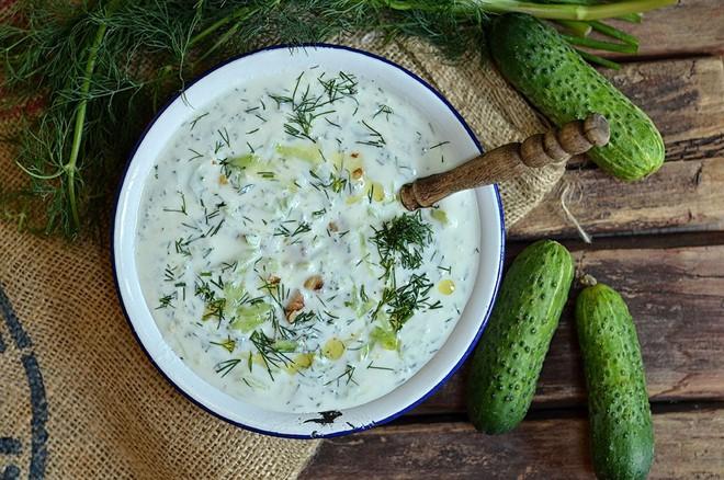Để sống sót qua mùa hè nóng nực, người Bulgaria có một món ăn vô cùng độc đáo - Ảnh 1.
