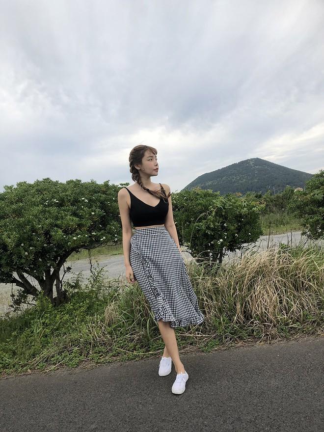 Chân váy midi vừa chống nắng lại có tới tận 4 cách lên đồ cực xinh thế này thì ngại gì mà không thử! - Ảnh 12.