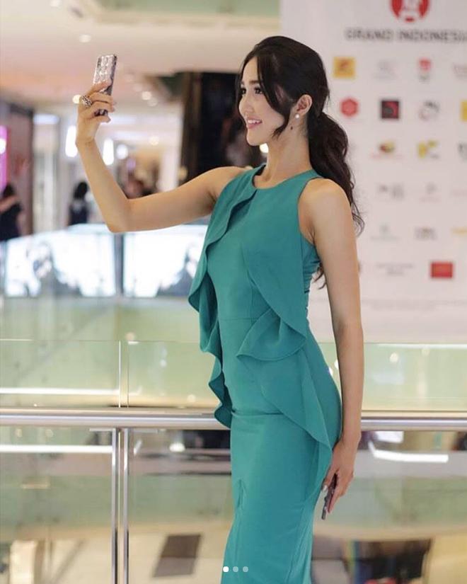 """Nhan sắc và phong cách thời trang của Hoa hậu Hoàn vũ Indonesia 2018 được coi là """"chị em sinh đôi"""" của Bích Phương - Ảnh 12."""